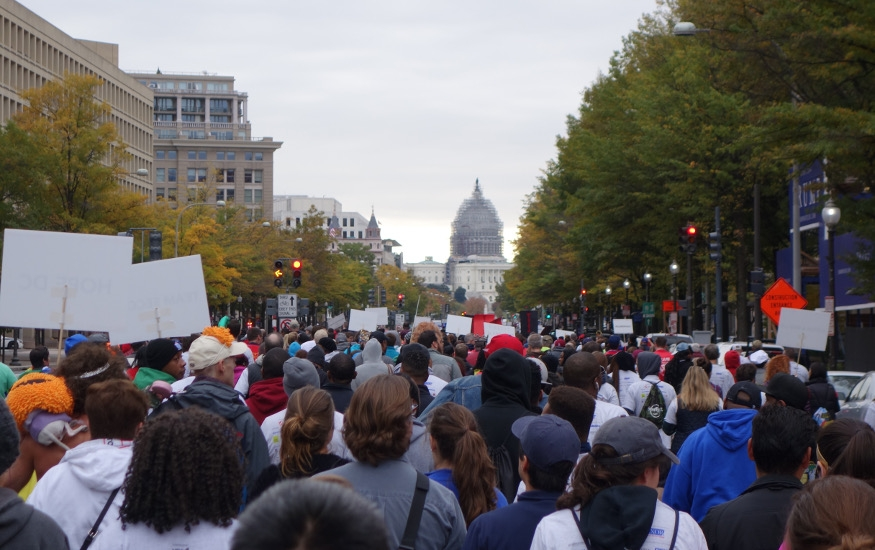 crowd walking to end HIV in 2015